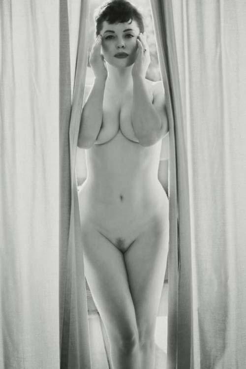 Rose-McGowan-Nude-Flaunt-2