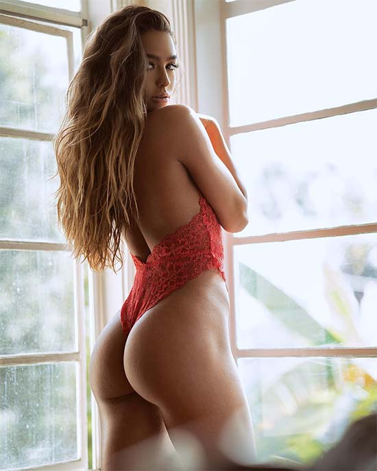 Sommer Ray's Booty Is Amazing